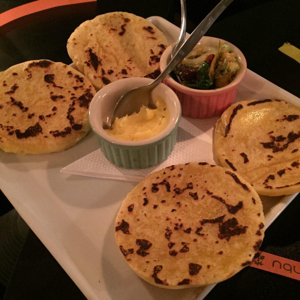 Chapatis de mandioquinha com ervas. Foto: NiKi Verdot.