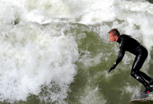 Surfing in Munich Englischer Garten Surf em Munique | 1001 Dicas de Viagem